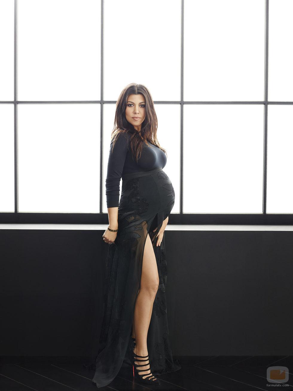 Kourtney Kardashian, embarazada, posa enseñando la pierna ...