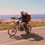 Lucas y Fara con una moto en 'Mar de plástico'