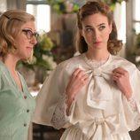 Clara se retoca el vestido mientras Rita le está mirando atentamente en 'Velvet'