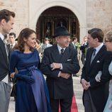 Emilio, Ana, Carlos, Rita y Pedro en la entrada de la iglesia en 'Velvet'