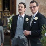 Raúl de la Riva está con el novio, Mateo, en la puerta de la iglesia en 'Velvet'