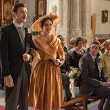 Mateo entra en la iglesia agarrado de su madre en 'Velvet'