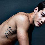Varios tatuajes decoran el musculoso cuerpo desnudo de Joel Bosqued