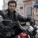 Carlos Alcántara subido en la moto en 'Cuéntame cómo pasó'