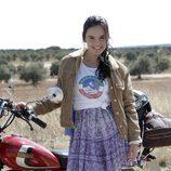 Estrella posa junto a una moto en 'Cuéntame cómo pasó'