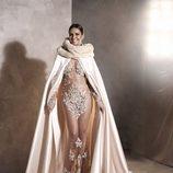 Posado de Cristina Pedroche con su vestido y capa de las Campanadas 2015