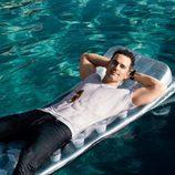 Matt Bomer sobre una colchoneta en la piscina para la revista Men's Fitness