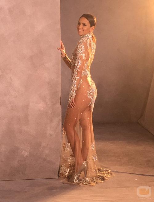 Cristina Pedroche posando de lado con el vestido que llevó en la Nochevieja 2015