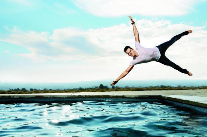 Matt Bomer salta a la piscina para la revista Men's Fitness