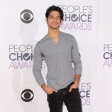 Tyler Posey, de lo más casual, posa en los People Choice Awards 2016