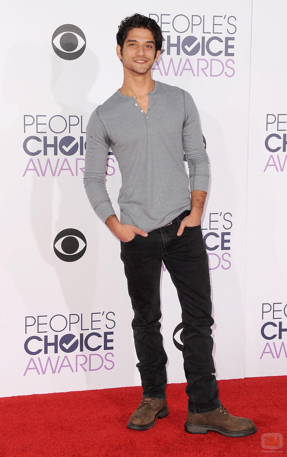 Tyler Posey, de lo más casual, posa en los People Choice Awards 2016