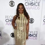 Tamala Jones, de amarillo, asombra en la alfombra de los People Choice Awards