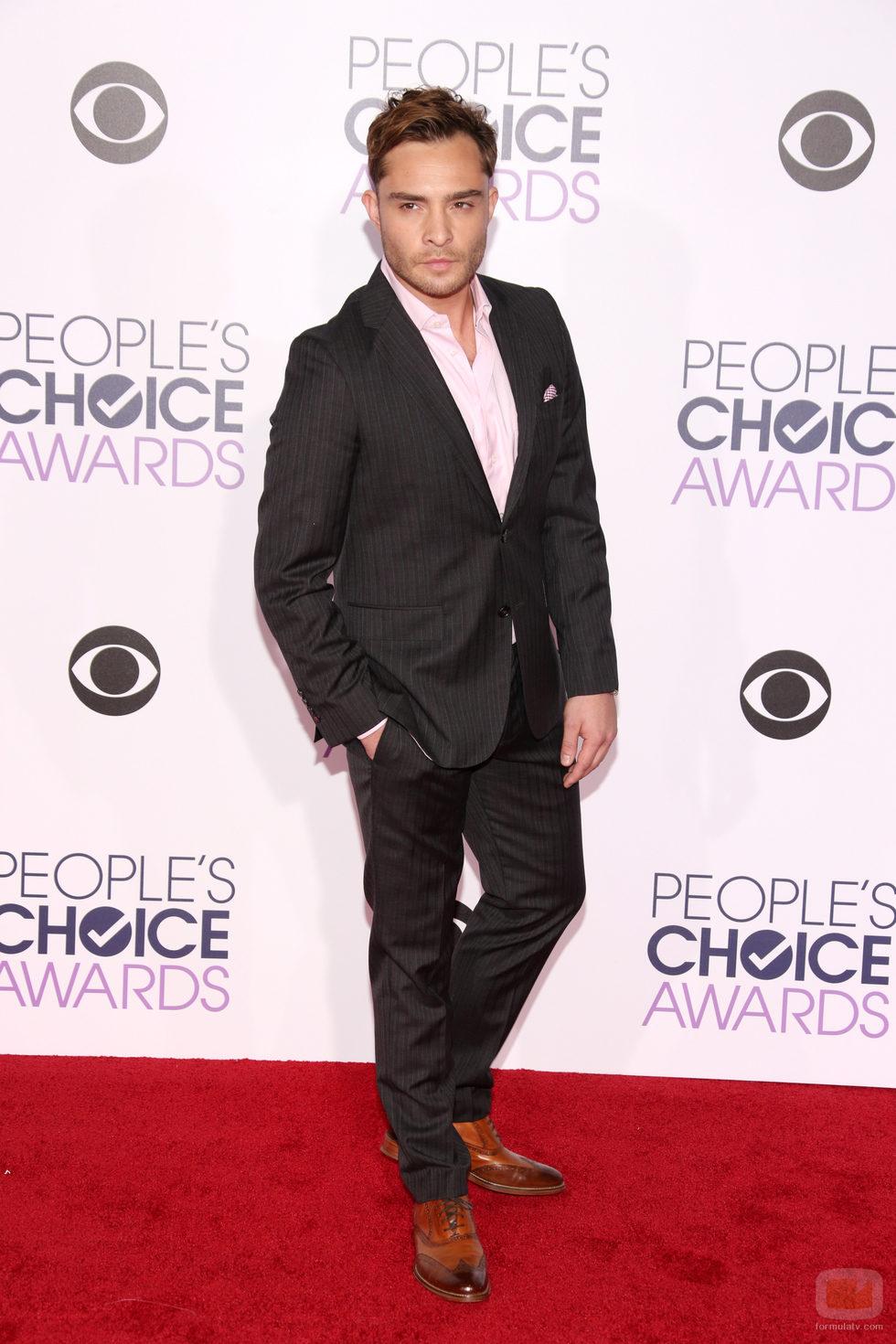 Ed Westwick posa en la alfombra de los People Choice Awards 2016