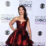 Ming-Na Wen, de rojo, posó ante los medios en los People Choice Awards