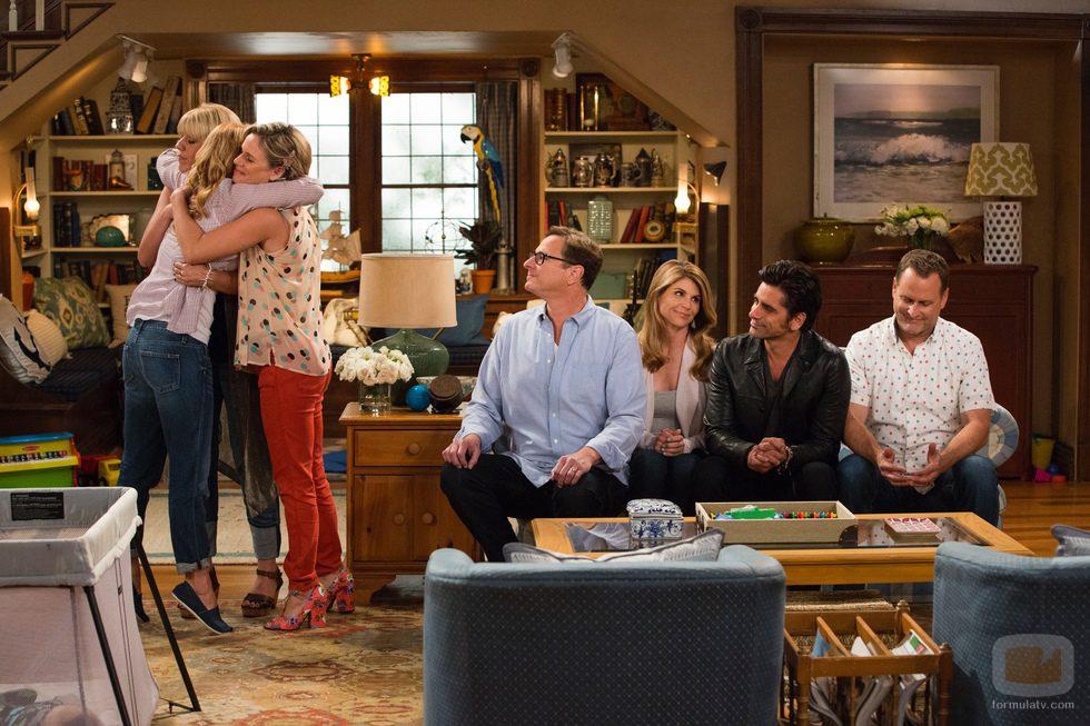 D. J., Steph y Kimmy se abrazan en 'Madres forzosas'