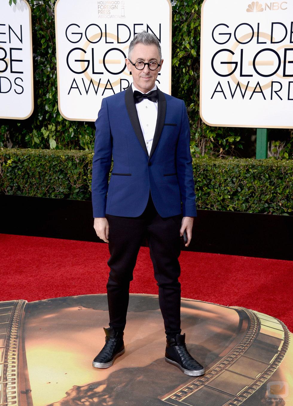 Alan Cumming posa en la alfombra roja de los Globos de Oro 2016