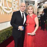Jeffrey Tambor y Kasia Ostlun en la alfombra roja de los Globos de Oro 2016