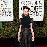 Emilia Clarke en la alfombra roja de los Globos de Oro 2016