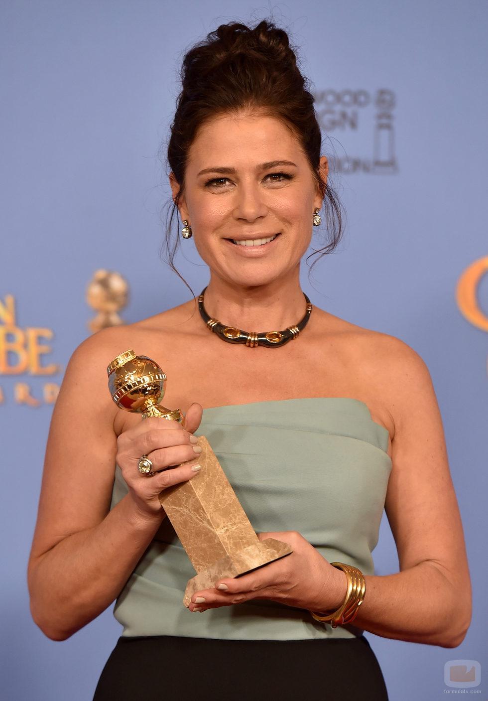 Maura Tierney posa con su Globo de Oro