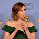 Rachel Bloom posa con el Globo de Oro