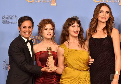 Los actores de 'Mozart in the Jungle' posan con el Globo de Oro