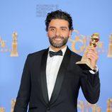 Oscar Isaac posa con el Globo de Oro