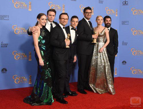 El equipo de 'Mr. Robot' posa con el Globo de Oro