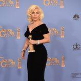 Lady Gaga posa con el Globo de Oro