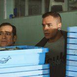 Vicente y Dani, escondidos tras unos tablones azules en 'Chiringuito de Pepe'