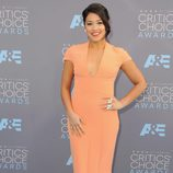 Gina Rodríguez en la alfombra de los Critics' Choice Awards 2016