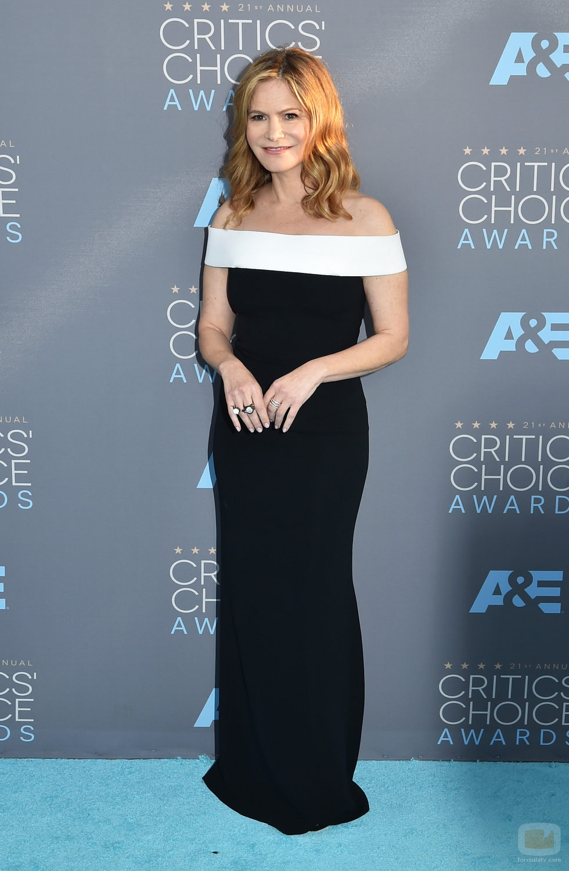 Jennifer Jason Leigh en la alfombra de los Critics' Choice Awards