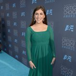 Mayim Bialik en la alfombra de los Critics' Choice Awards