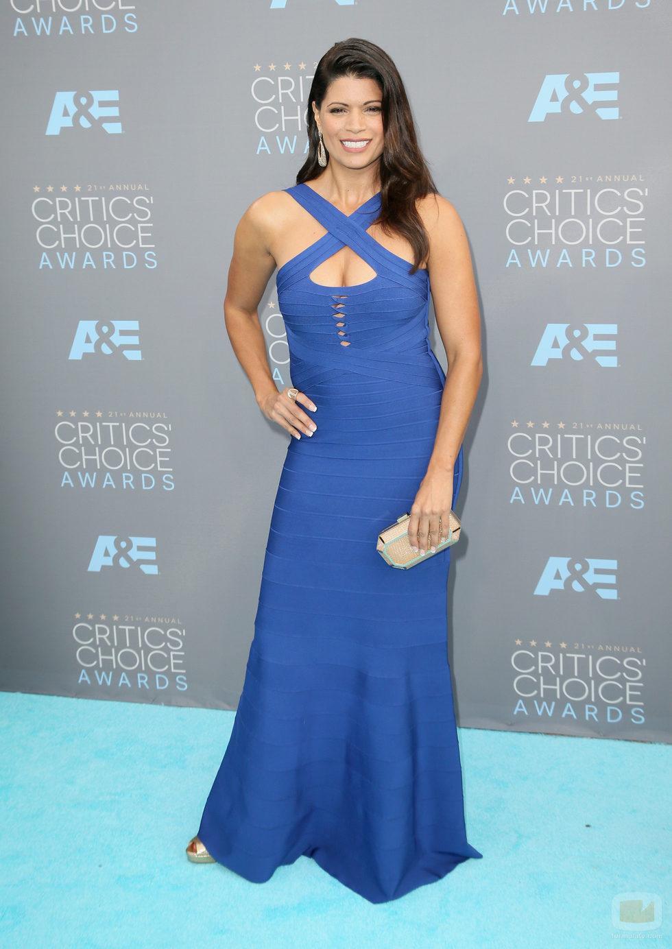 Andrea Navedo en la alfombra de los Critics' Choice Awards