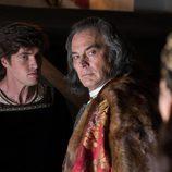 Maximiliano y Felipe hablan en secreto en 'La corona partida'