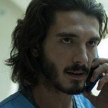 Victor llama por teléfono a su contacto en plena infiltración en 'Bajo sospecha'