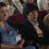 Lidia y Adela escuchan atentamente en el salón del hospital en 'Bajo sospecha'