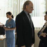 El comisario Casas y Adela hablan en secreto en 'Bajo sospecha'