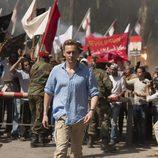 Tom Hiddleston camina delante de la multitud en 'El infiltrado'