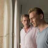 Roper (Hugh Laurie) y Pine (Tom Hiddleston) juntos en 'El infiltrado'