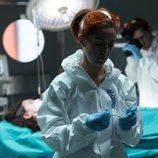 Carmen, forense, busca pruebas en el cuerpo de Sara en 'Bajo sospecha'