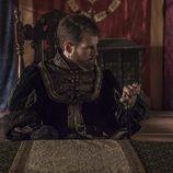 Carlos V sentado y apoyado sobre su bastón en 'Carlos, rey emperador'