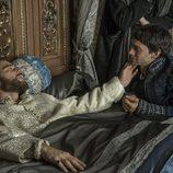 Francisco I de Francia, en su lecho de muerte junto a su hijo Enrique en 'Carlos, rey emperador'