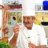 Karlos Arguiñano en los fogones de su programa de Telecinco