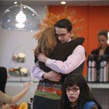 Henry y Charlie se abrazan frente a Betty en el capítulo