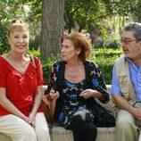 Mari Tere e Izaskun sentadas en un banco y hablando en 'La que se avecina'