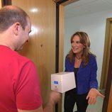 Patricia Gaztañaga entrega una caja en 'Cuestión de tiempo'