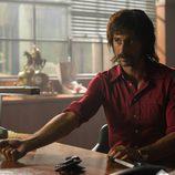 Pacino muestra su brazo a alguien en 'El Ministerio del Tiempo'
