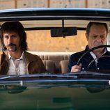 Pacino y su acompañante, muy serios en el coche en 'El Ministerio del Tiempo'