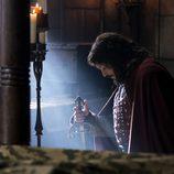 El Cid se arrodilla junto a su espada en 'El Ministerio del Tiempo'
