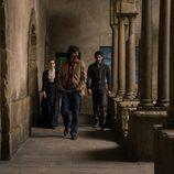 Pacino camina por delante de Amelia y Alonso en 'El Ministerio del Tiempo'